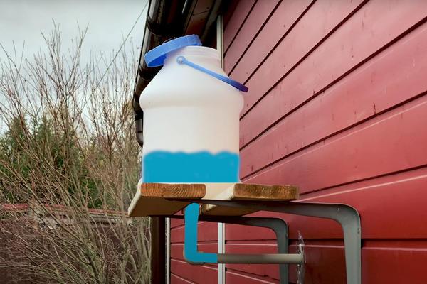 Водоснабжение элементарное - с обратной стороны дома прикреплен бак, и вода самотеком идет в кран. Фото с канала ШИШКИН
