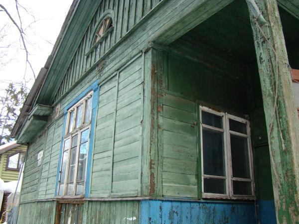 Старый щитовой дом, который требовалось снести