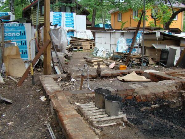 Так выглядел участок уже после полного разбора дома и вывоза мусора рабочими