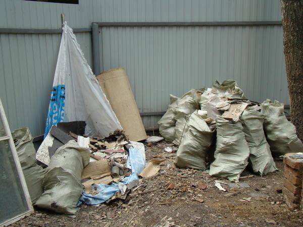 Остатков мусора набралось немало. На фото лишь часть. Стекловату и осколки пришлось собирать в мешки и тюки
