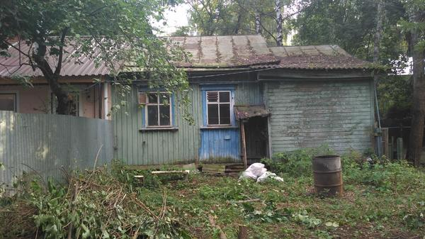 На фото часть дома, которую было необходимо снести. Также видна практически вся территория, доступная для складирования материалов