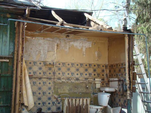 Разбирать дом начали с санузла и террасы, так как они были пристроены позднее и по сути были пристройкой к основному дому