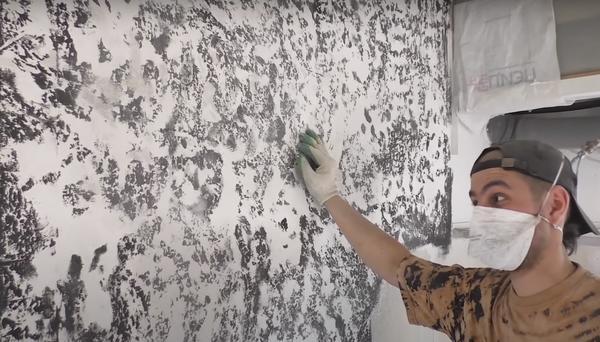 Вариант декора стен без предварительного выравнивания. Фото с канала Загородная Жизнь