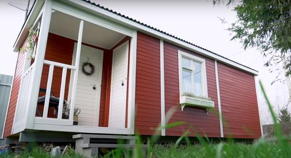 Дачный домик из бытовки. Фото с канала ШИШКИН