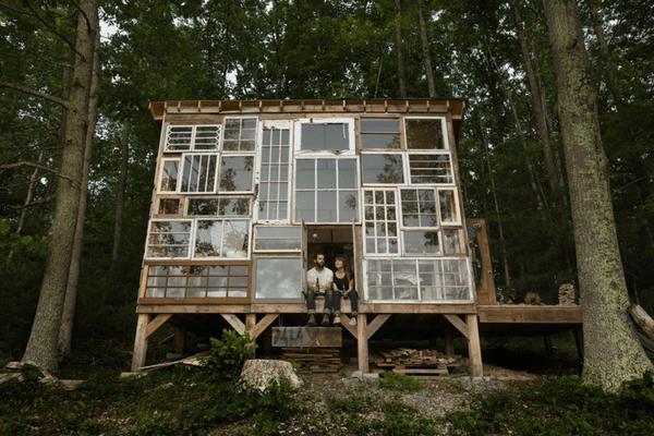 Б/у оконные рамы могут быть строительным материалом для дома. Фото pinterest.ru