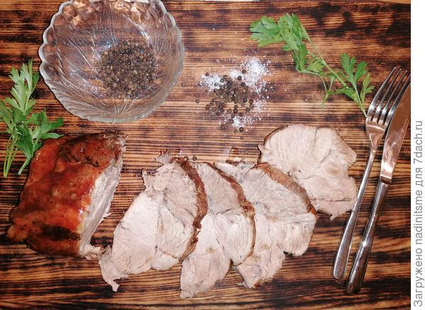 Запеченная свинина в пряных травах в кисло-сладком соусе.