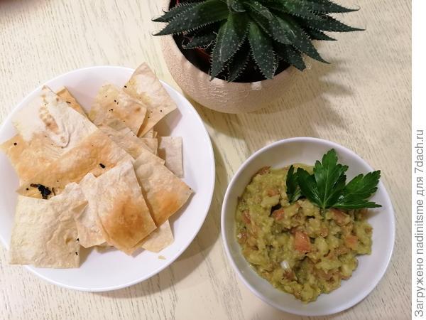 Я предложу сейчас  рецепт гуакомоле. Делается быстро и вкусно.  Мне очень понравился, особенно с  домашними чипсами из тонкого армянского лаваша.  За 30 минут у вас будет легкий, но питательный  перекус.