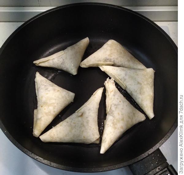 Треугольные пирожки из тортильи с мясом. Пошаговый рецепт с фото