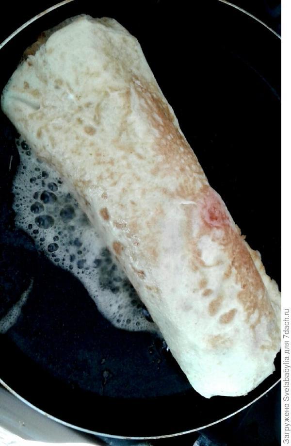 Сосиска в омлете или блинный рулетик. Рецепт для легкого завтрака фото