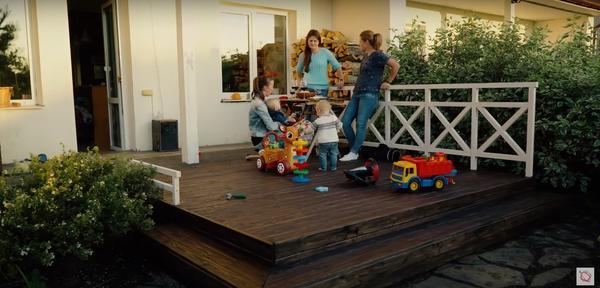Открытая терраса может быть хорошим местом отдыха для всей семьи