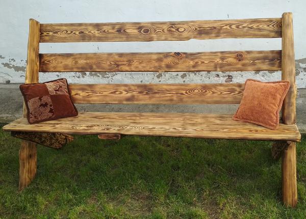 На фото изображена скамья, уже готовая для посиделок