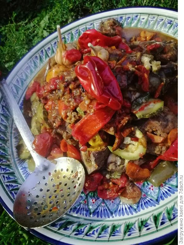 Ребрышки под овощной шапкой.