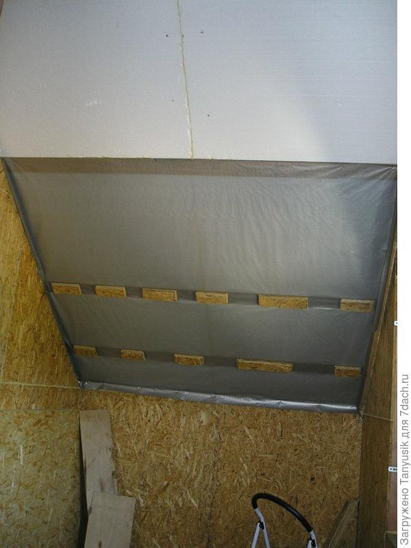 Потолок на мансарды. Прикрепили плиты из пенополистерола. Потом идет специальная пленка.
