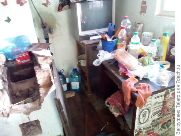 Вот в таком виде досталась мне печка (она слева, если что). Жуткая разруха говорит о том, что я на тот момент уже начала понемного прибираться в домике.