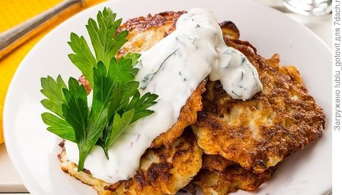 Картофельные оладьи с пикантным соусом - новый вкус традиционного блюда