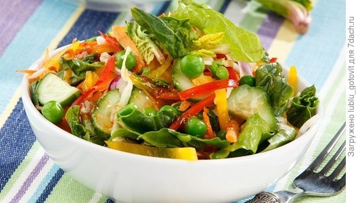 Витаминный салат с яркой ноткой - чесночно-медовым соусом