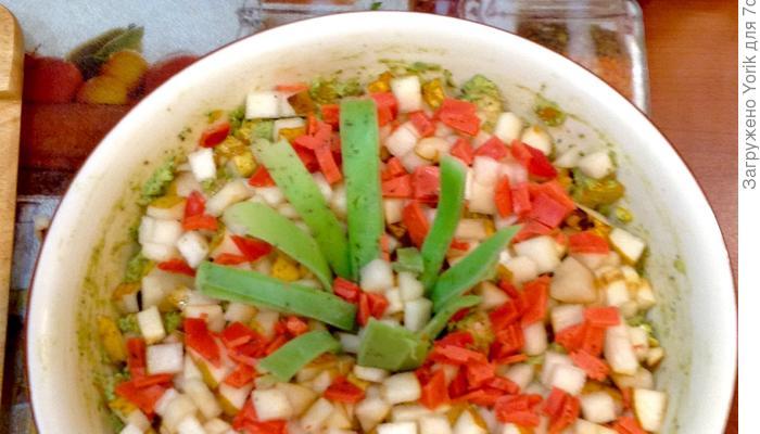 Салат с креветками и снегом за окном