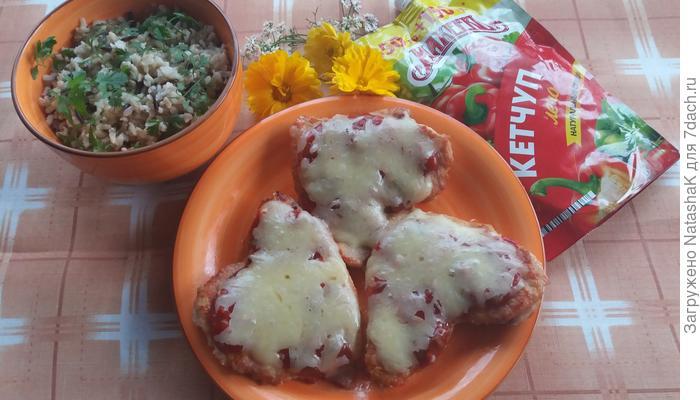 Стейки из индейки под «шубкой» из кетчупа лечо «Махеевъ» и сыра