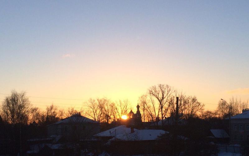 Зимний рассвет, невероятно волшебный момент, когда в прозрачном зимнем воздухе появляются первые солнечные лучи...
