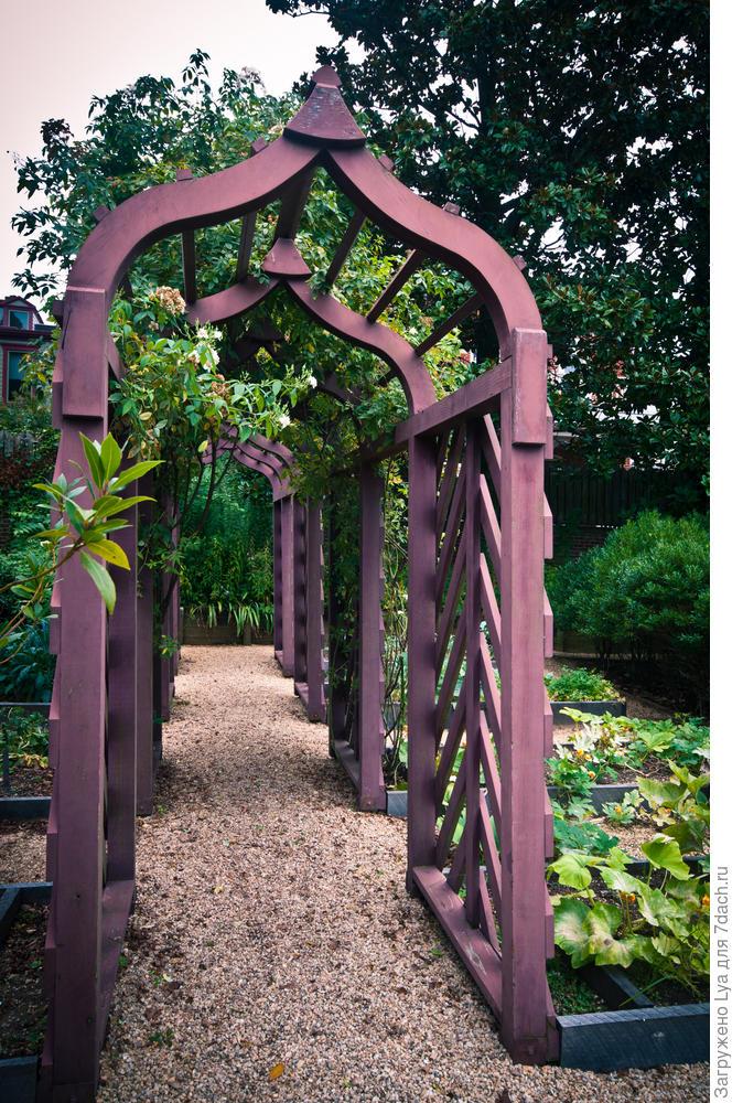 Группа килевидных деревянных арок