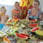 Внуки — самые точные дегустаторы! Арбузы — Чудо ягода и Виктория, дыни — Канталупа зелёная, Дюна и Икорез, в руках — арбуз Медовый шар. Всё на 5+