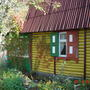 Домик осенью, когда желтеют и краснеют листья
