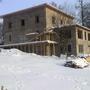Таким дом ушел в первую свою зимовку. Крыша над террасой временная, окна на 1-м и цокольном этажах забиты временными деревянными рамами. Соседи-китайцы занавесили свой объект (слева), у них работы продолжались всю зиму.