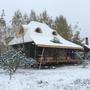 На улице морозы,  на веранде ещё не убраны леса, а в доме тепло: стены 40 см, утеплитель - солома и костра конопли.