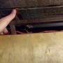 А если нужно закрыть люк, то лёгким движением руки защёлка открывается, высвобождая крышку.