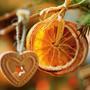 Украшением для новогодней елки станет связка засушенных ломтиков апельсина.