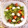 Овощной салат с клубникой и моцареллой