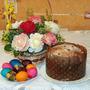 На столе кулич душистый, блюдце крашеных яиц. В этот праздник светлый, чистый не увидишь хмурых лиц...