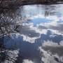 Отражение облаков и солнца в воде.