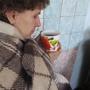Уютно сидеть, закутавшись в теплый плед, с кружкой горячего чая в руках.