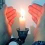 Уютно смотреть на пламя свечи.