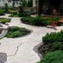 Садовая дорожка, имитирующая скалу
