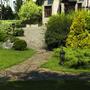 Красиво оформленные дорожка и площадка перед домиком