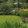 Яркий цветник, обрамляющий зеленый газон