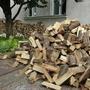 Первая покупка дров. Привозили небольшими партиями - по тонне. За 30 минут надо было успеть сложить навал-поленницу. И так 4 раза, без перерыва.
