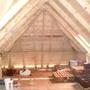 Все началось с того, что изменили конструкцию крыши. И из обычного чердака получилось помещение, достойное для мансарды. На стропилах сплошная обрешетка, на ней снаружи еще и разреженная.